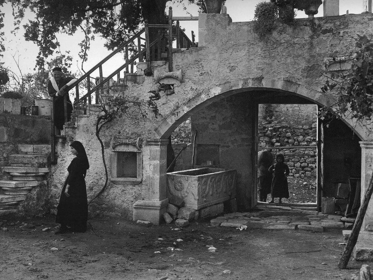 1919. Крит, во дворе дома