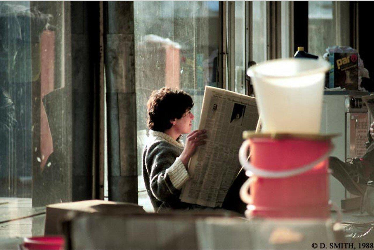 Грузинский юноша читает газету на Американской выставке