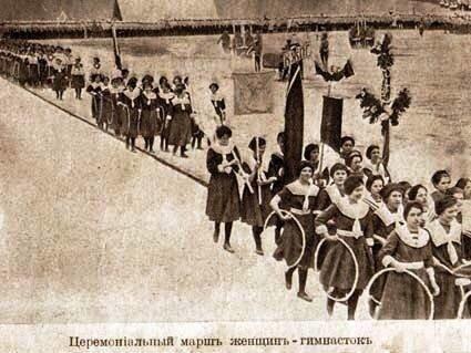 Спортивное поле.Церимониальный марш женщин-гимнасток