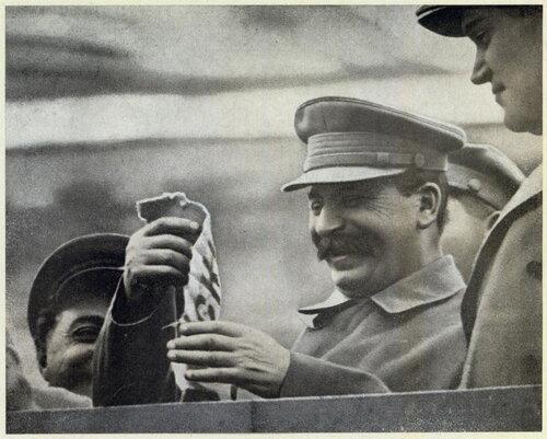 """Сталин принимает от челюскинцев ленты с надписью """"Челюскин"""", снятую с одного из спасательных кругов погибшего парохода"""