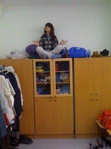 На шкаф залезьте и гоните дурочку!)))
