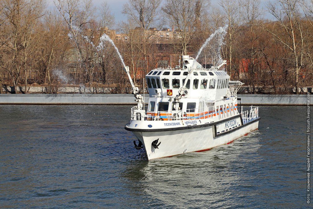 МЧС многоцелевое пожарно-спасательное судно Полковник Чернышев демонстрация работы водяных пушек