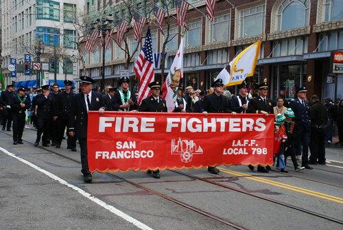Пожарные с флагами и растяжкой