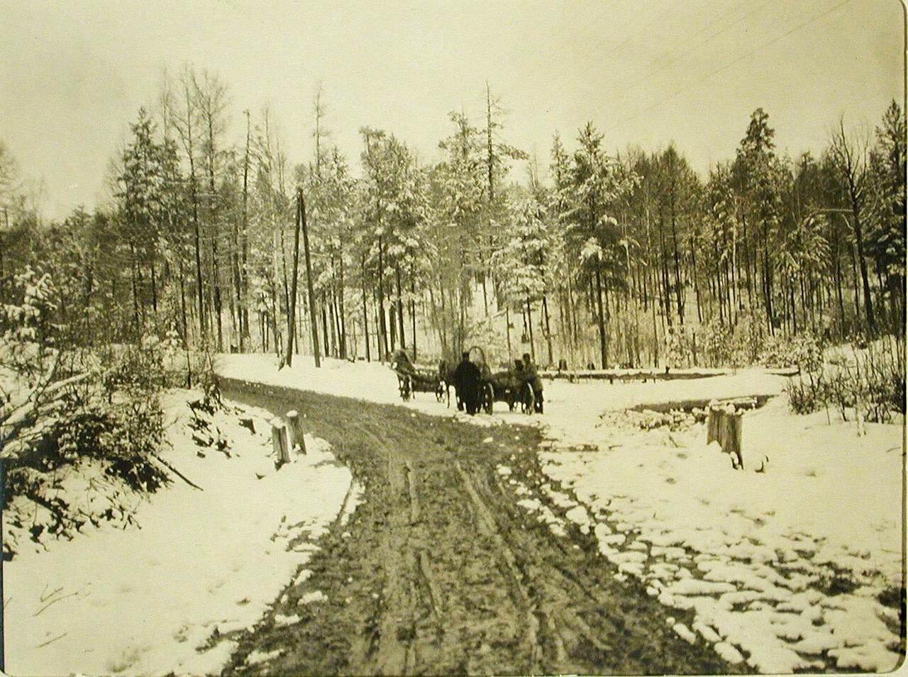 15. Повозки и телеги на грунтовой дороге