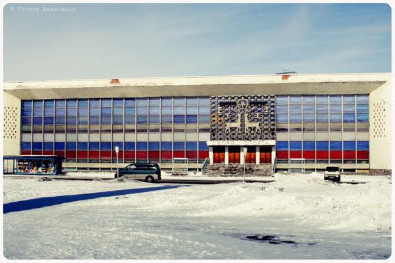 В Оленегорске есть крытый ледовый дворец, где устраивали концерты советские звёзды.  В Мурманске - в областном центре...