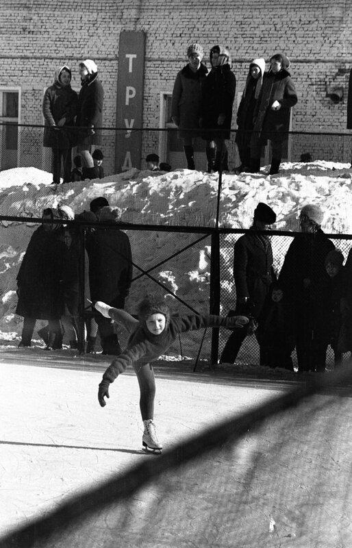 Занятия юных фигуристов на катке стадиона Шинник