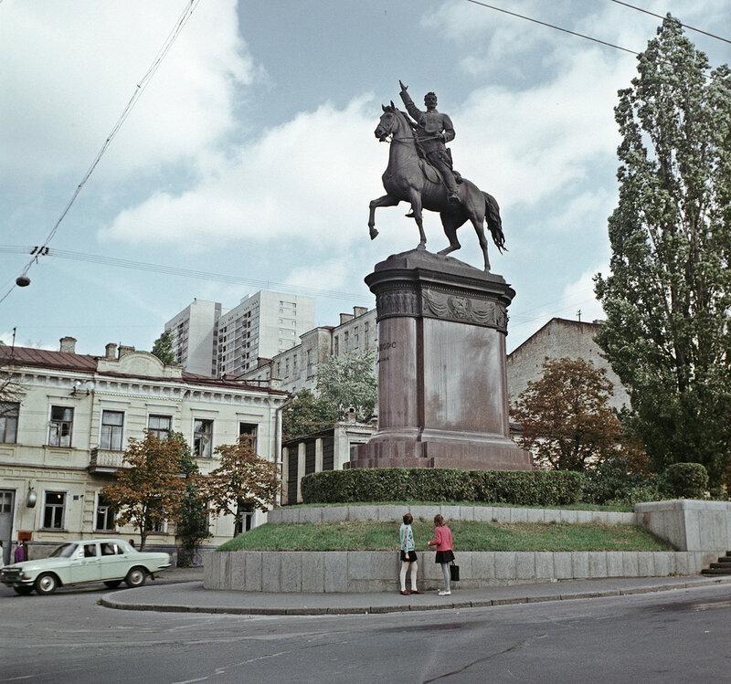 1973 Киев. Памятник герою Гражданской войны Н. А. Щорсу. И. Гольденгершель, РИА Новости.jpg