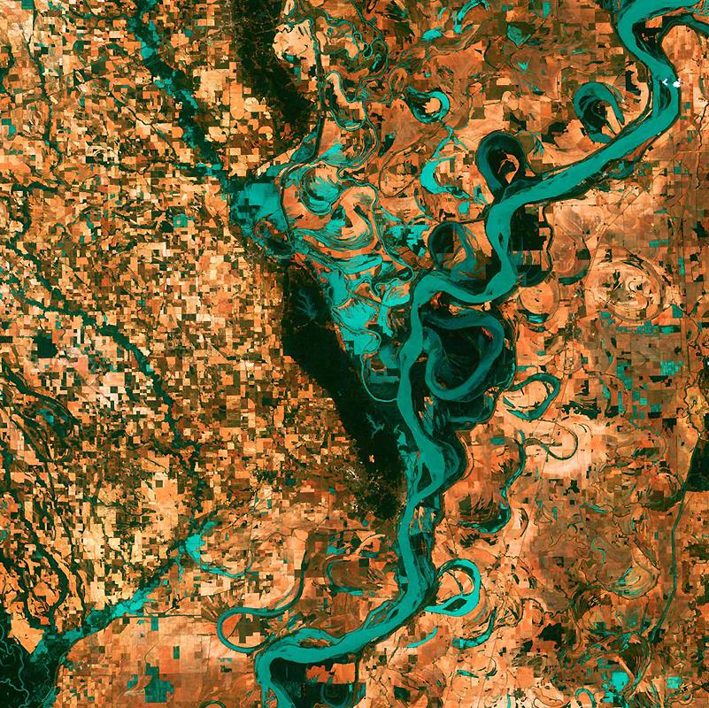 10. Маленькие прямоугольники поселков, полей и пастбищ окружают грациозные вихри и завитки реки Мисс