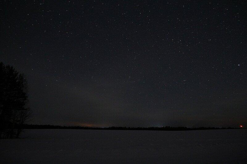 Звёздное небо и зарево фонарей на горизонте за полем - Астрономический выезд в Жданухино