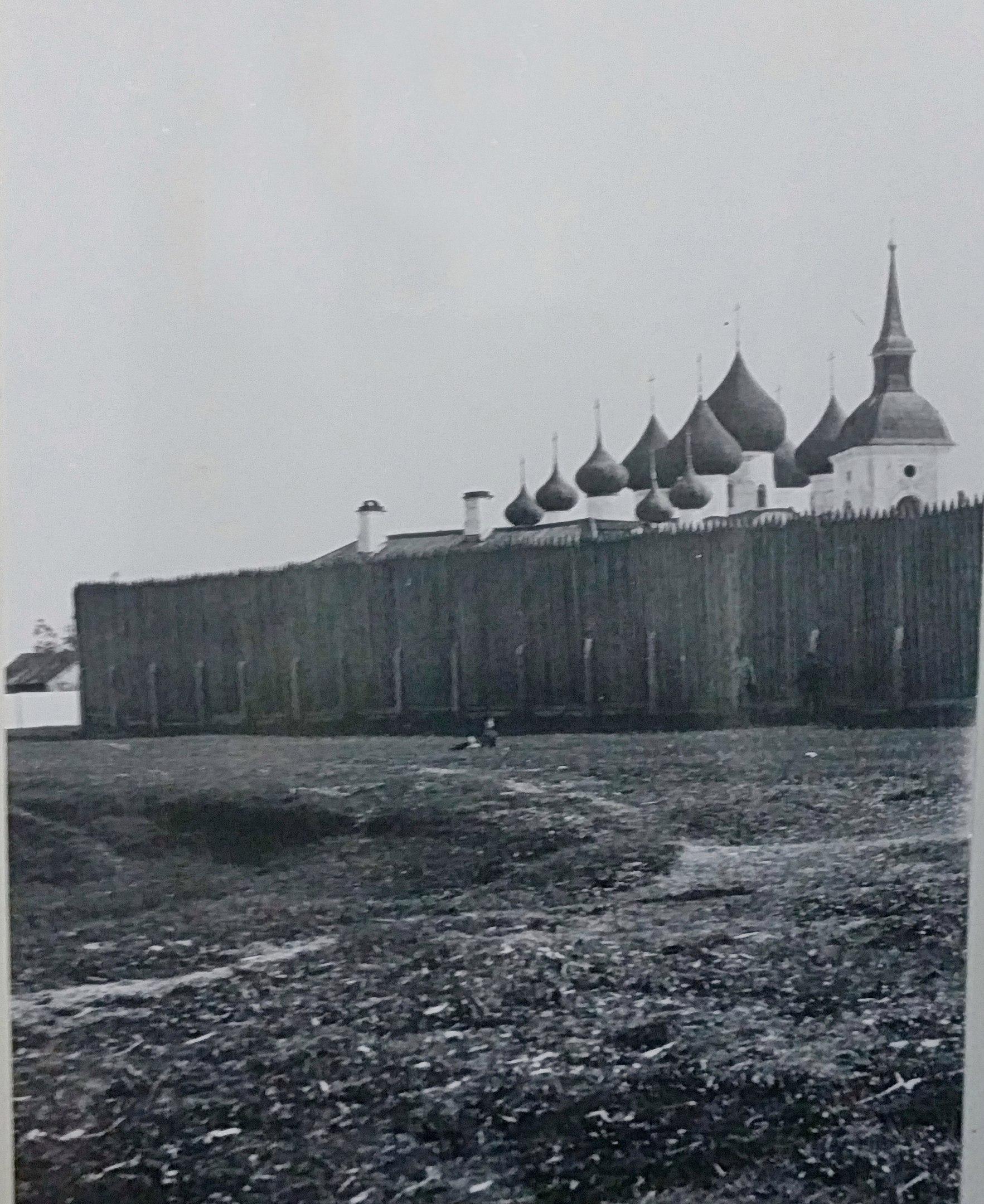 Деревянная ограда тюремного острога
