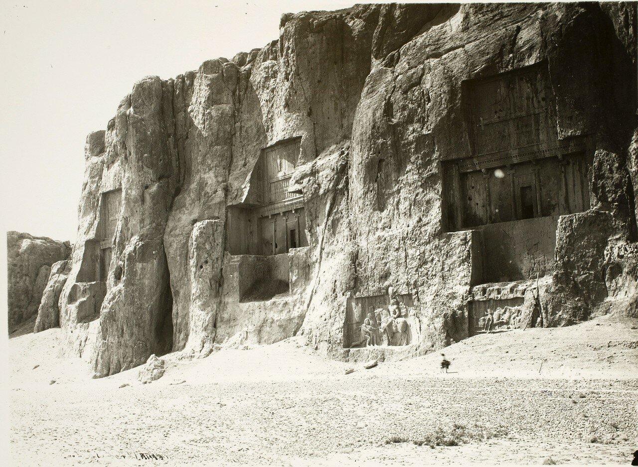 Накше-Рустам. Священная зона с гробницами царей династии Ахеменидов и сасанидскими рельефами