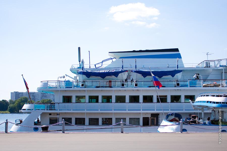 Июль 2010 года. МСРВ. Визуальное сравнение длин теплоходов 301 проекта и проекта Q-040. Длина теплохода «Санкт-Петербург» (проект 301) 125 метров (стоит вторым бортом). Длина теплохода «Илья Репин» (проект Q-040) 110 метров (стоит первым бортом)