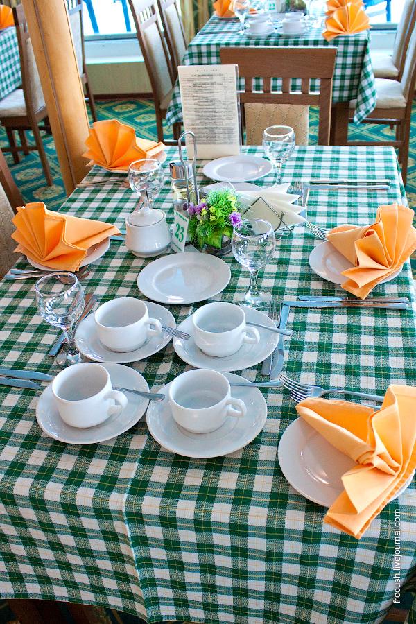Ресторан «Нева» в кормовой части средней палубы теплохода «Санкт-Петербург»