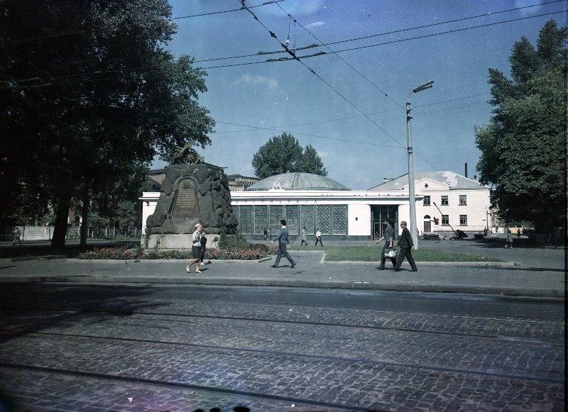 1960е Киев. Павильон станции метро «Арсенальная» и памятник рабочим завода «Арсенал». Шагин.jpg
