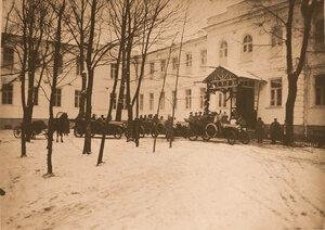 Автомобили,прибывшие для отправки раненых,у здания госпиталя.