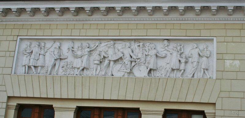 Над входом в ст. метро Парк Культуры