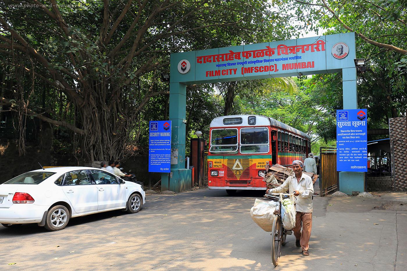 Фото 1. Ворота индийской фабрики грез Болливуд. Отчеты туристов о самостоятельных экскурсиях по Мумбаи во время путешествия по Индии. (Камера Canon EOS 6D, объектив Canon EF 24-70mm f/4L IS USM, настройки при съемке: выдержка 1/60, экспокоррекция 0eV, диафрагма f7.1, 26 mm, ISO 100)