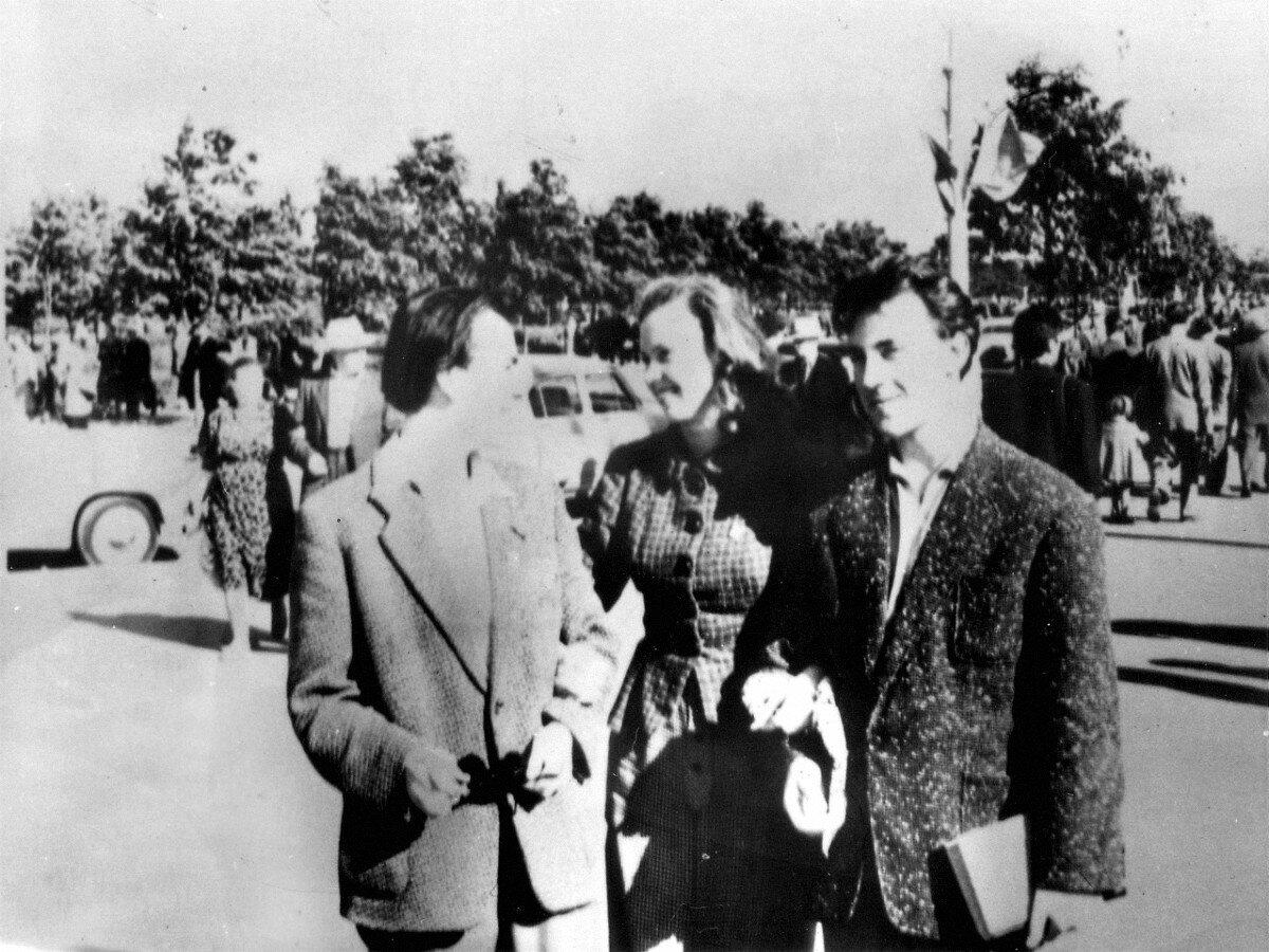 1957. Юрий Ершов (сокурсник Высоцкого), Иза Жукова и Владимир Высоцкий в Сокольниках на Американской выставке