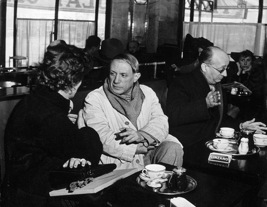 1939. Пикассо в кафе де Флор в компании своего друга и секретаря Хаиме Сабартеса