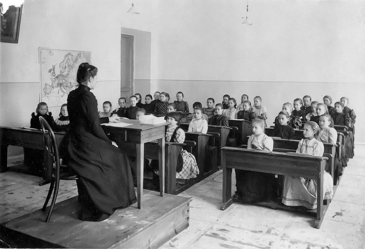 Урок в школе для девочек