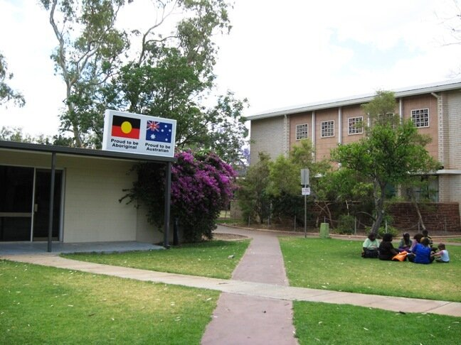 """Лозунги: """"Горд быть аборигеном! Горд быть австралийцем!"""