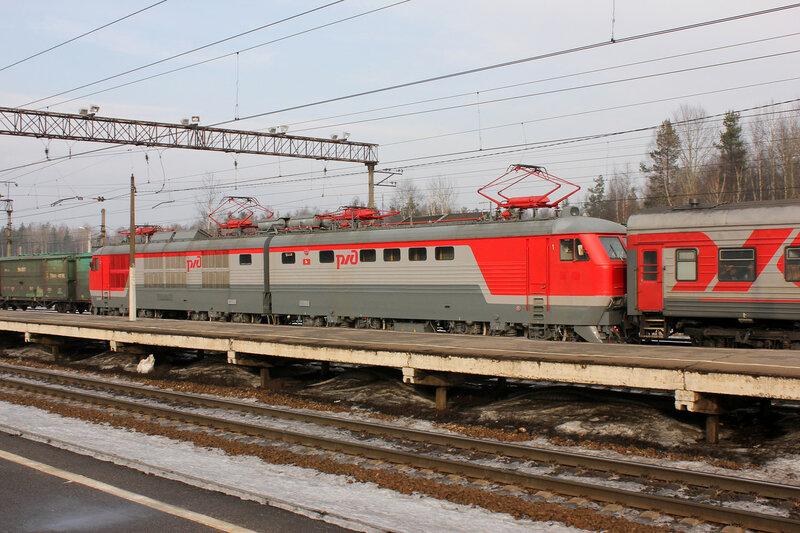 ЧС6 с поездом на станции Горы