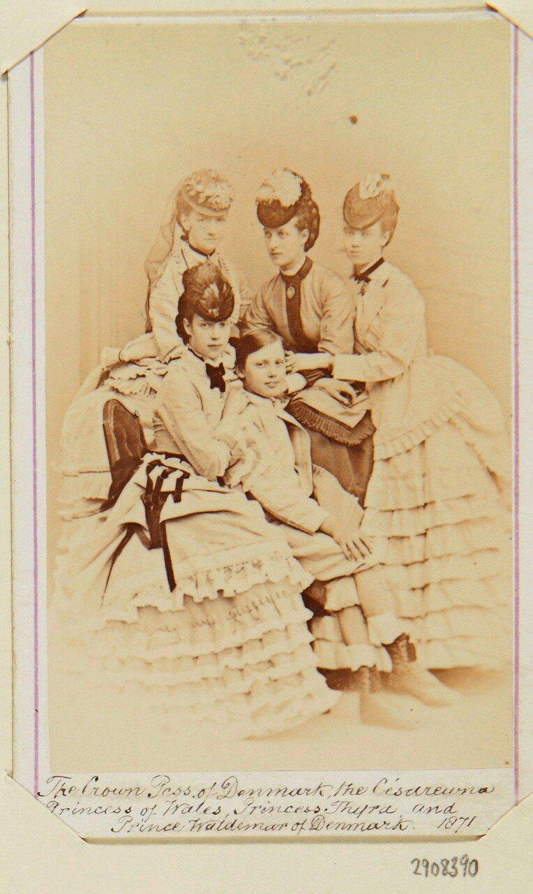 1871. Кронпринцесса Дании,  принцесса Мария София Фридерика Дагмар, Тира, принцесса Датская и Вальдемар, принц Дании
