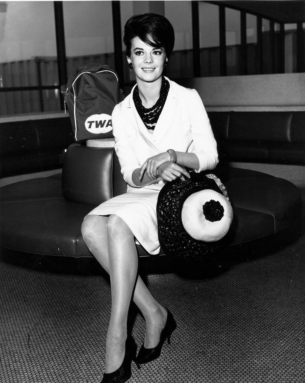 Natalie WOOD mit TWA-Tasche an einem Flughafen, 1965