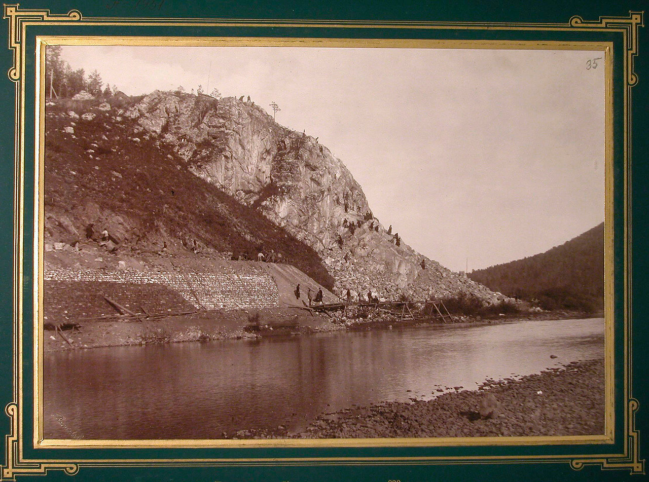 35. Рабочие за выемкой горной породы на одном из участков строительства. 638-я верста, 1885-1889