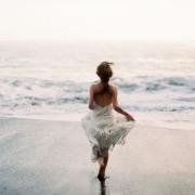 Девушка бежит к морю