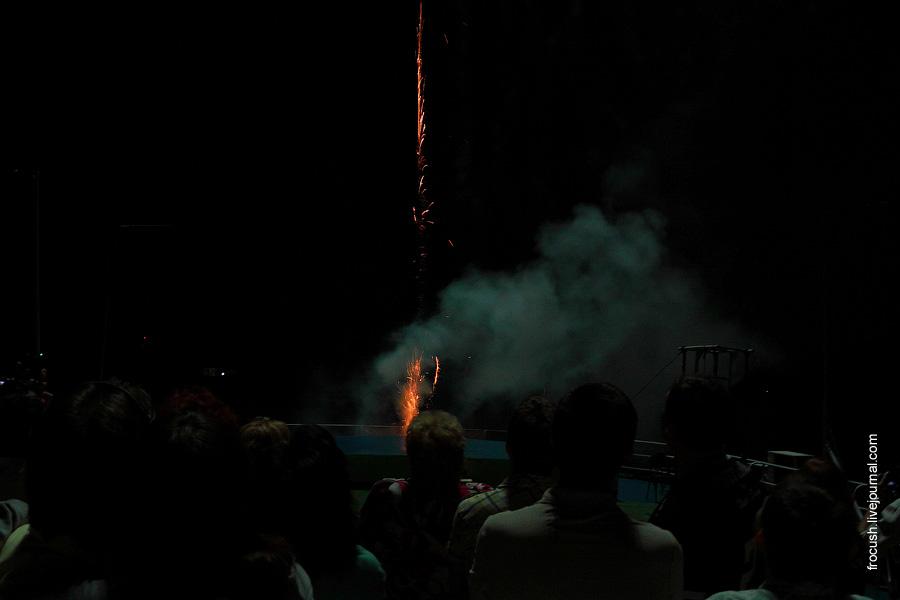 Запуск фейерверка со шлюпочной палубы теплохода «Василий Чапаев»
