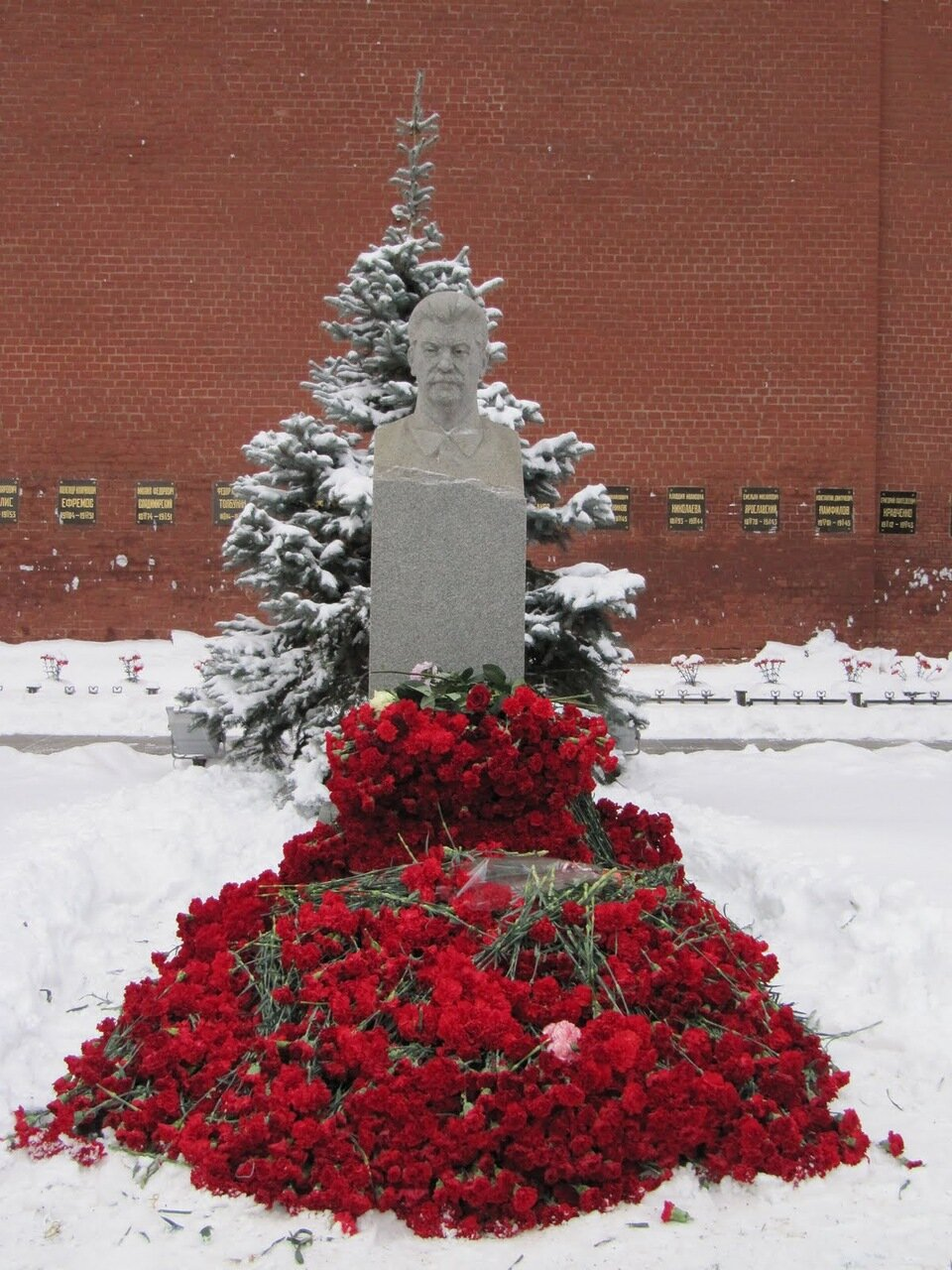 Могила Сталина в день его рождения, 21 декабря.