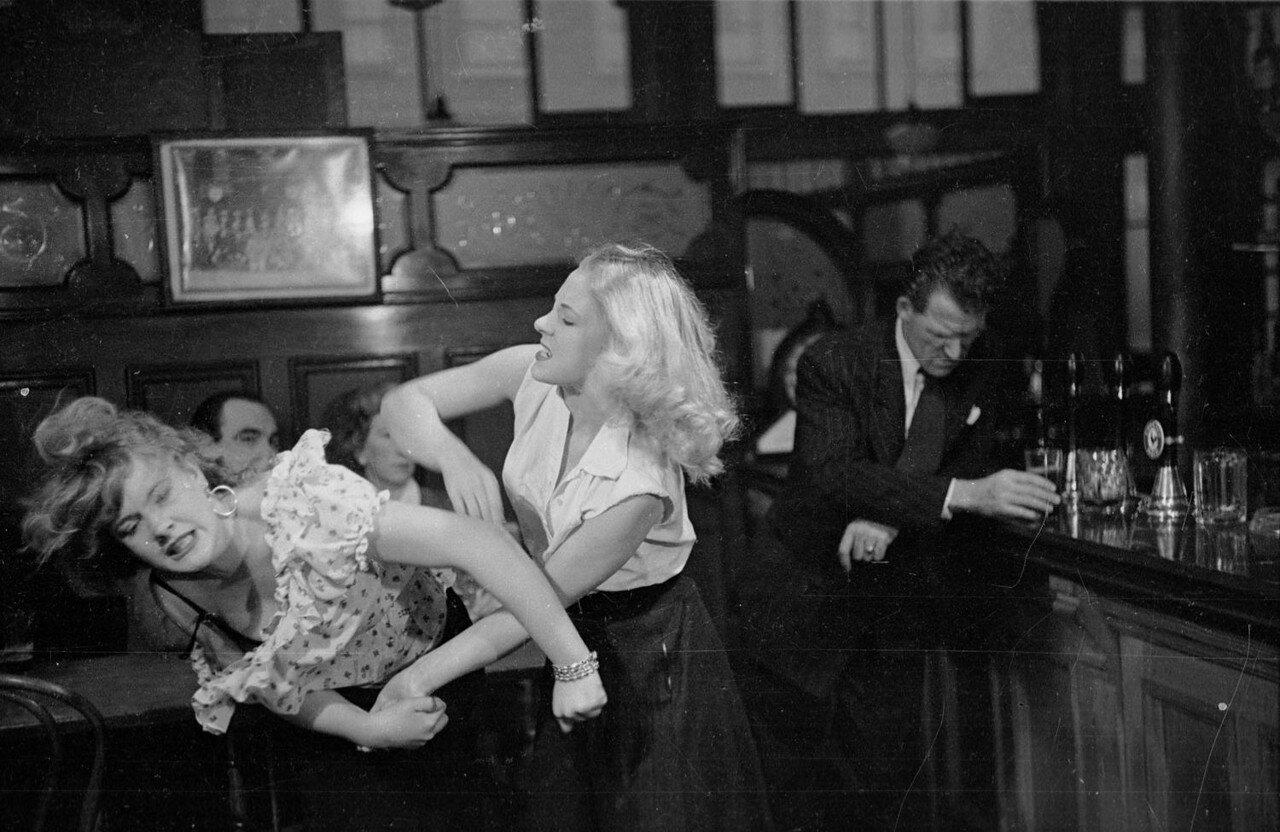 1954. Джим Нолан, только что откинувшийся из тюряги, безразлично выпивает, пока его жена колотит женщину, с которой застала мужа в пабе