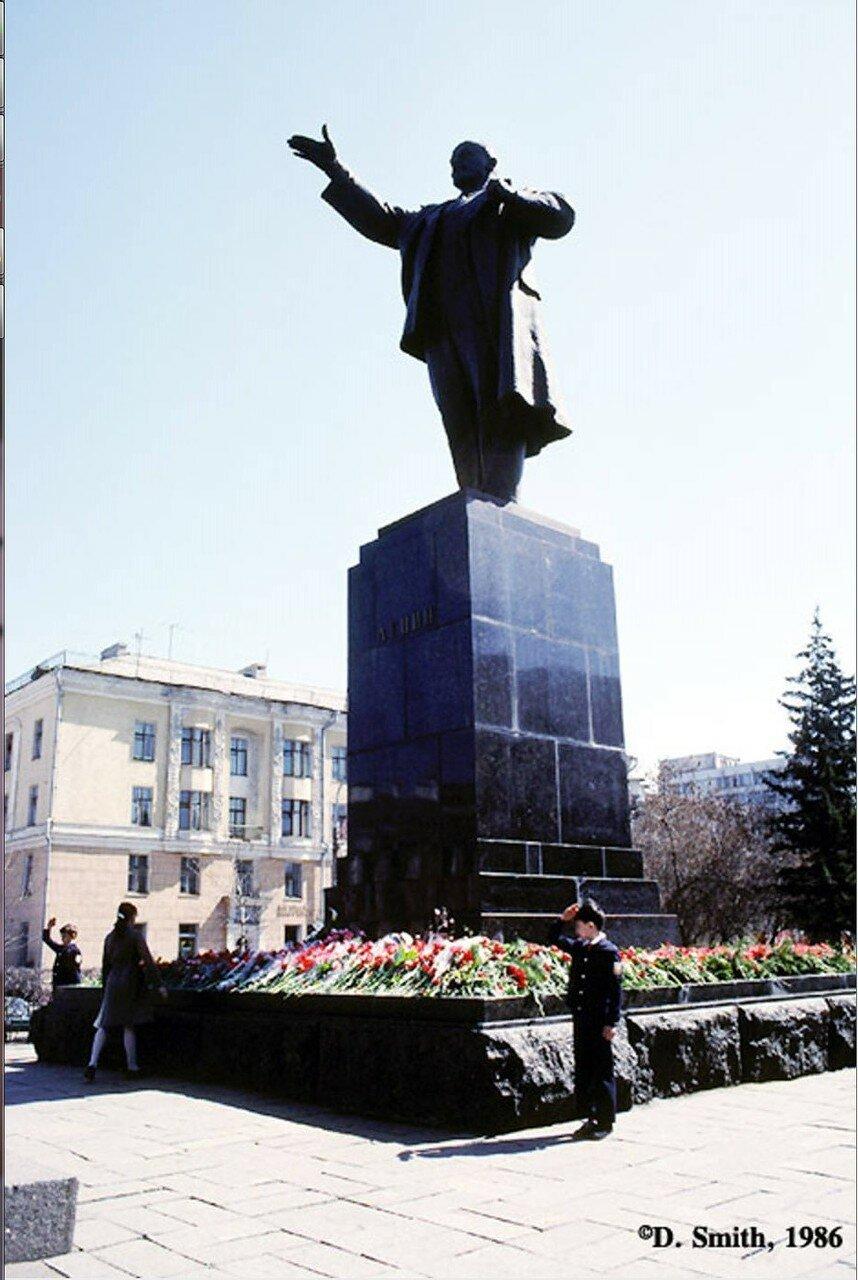 Памятник Ленину на углу улиц Карла Маркса и Ленина