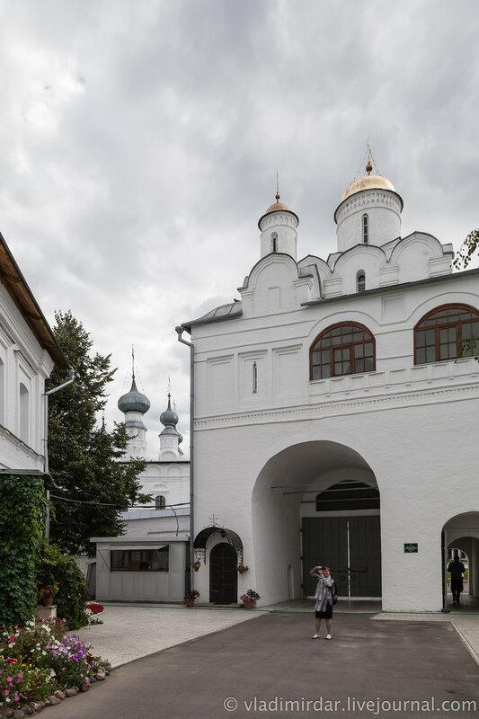 Святые ворота с Благовещенской надвратной церковью. Покровский монастырь в Суздале.