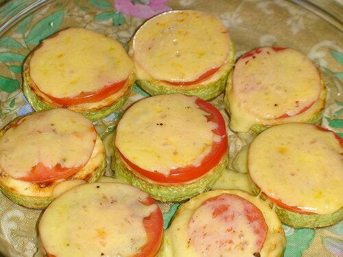 Кабачки жаренные с помидором под сыром