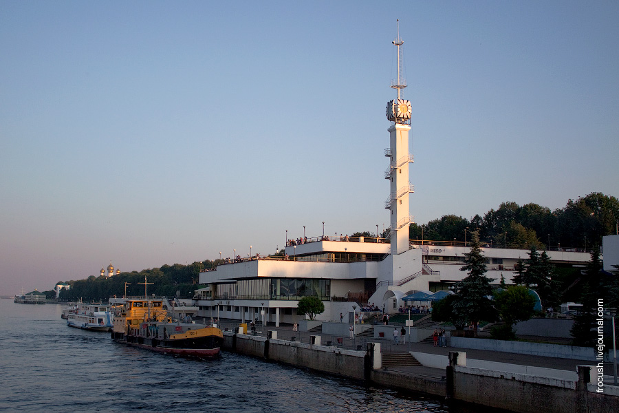 Башня с часами, внизу ресторан «Ванильное небо»