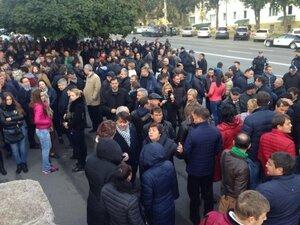 Два митинга у здания Суда: в поддержу и против Влада Филата
