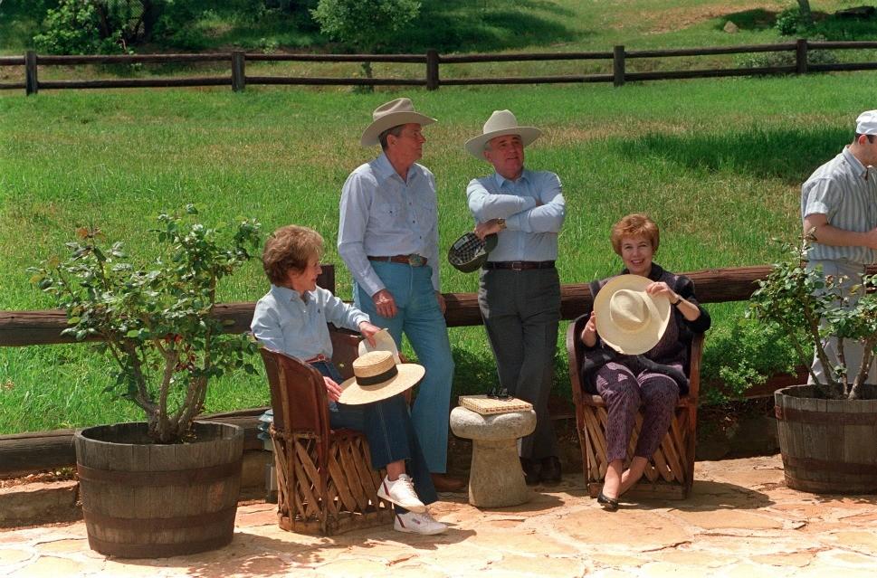 Бывшие мировые лидеры Рейган и Горбачев расслабляются на ранчо Рейгана в Санта-Барбаре в мае 1992 года, всего через 5 месяцев после отставки Горбачева.jpg