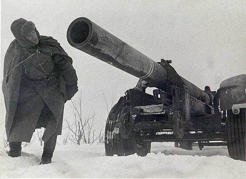 Фото С.Н. Струнникова: Советский солдат осматривает 220mm немецкое орудие.