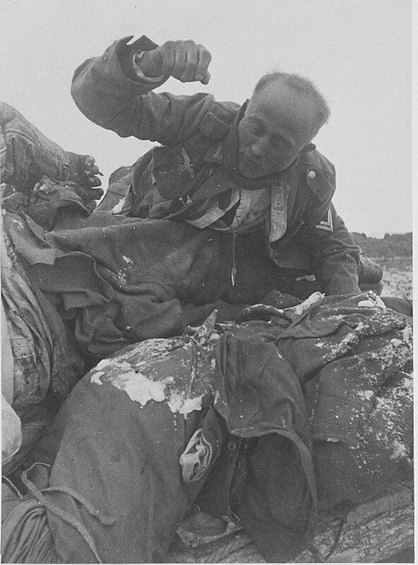 Фото С.Н. Струнникова: Немецкий солдат в состоянии трупного окоченения.