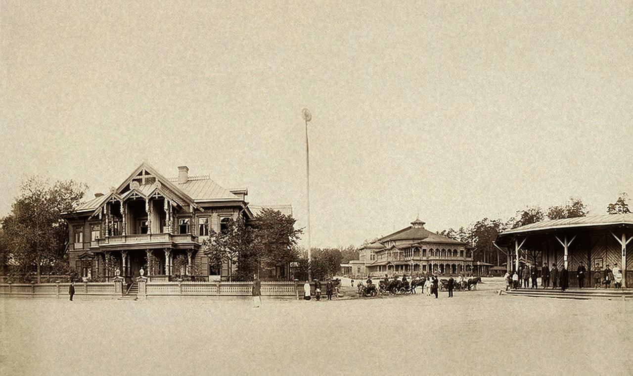 Летний деревянный театр и железнодорожная платформа в Павловске. 1870