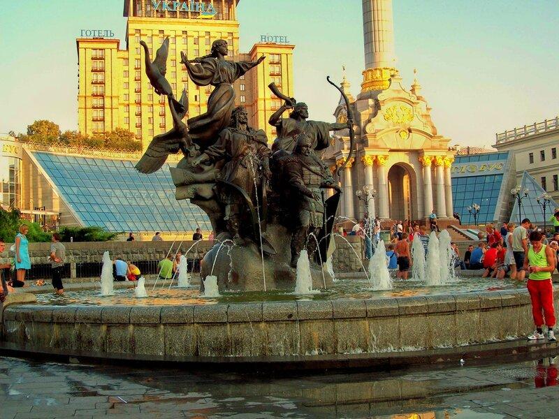 Фонтан-памятник основателям Киева