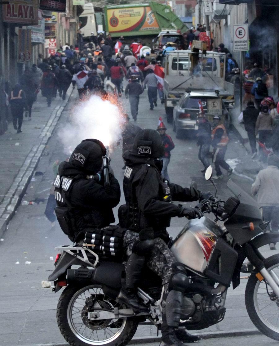 Огонь по демонстрантам: Латиноамериканские полицейские мото наездники