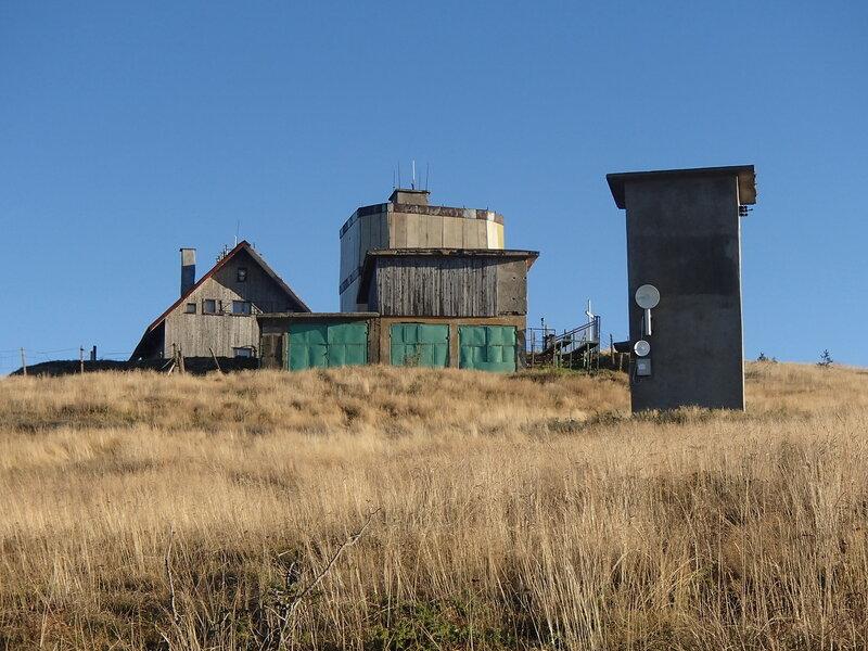 строения на вершине горы Чумерна