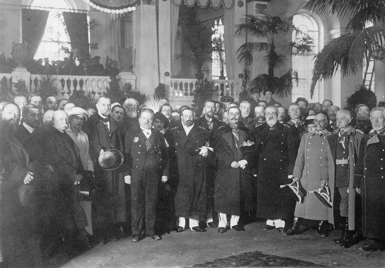 09. Группа участников открытия выставки в зале Михайловского манежа. 1913