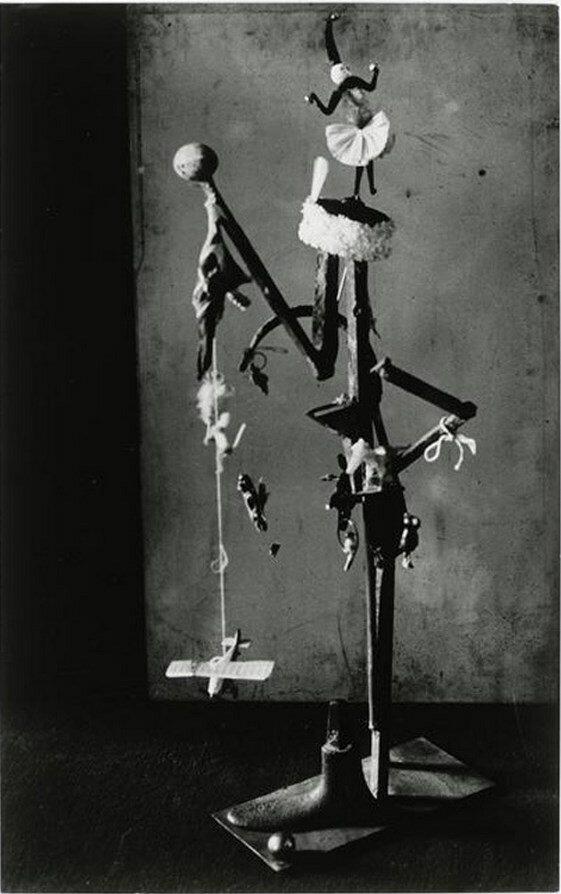 1932. «Женщина Рождественская елка» в студии Пикассо, Рю Ла Боэси, Париж