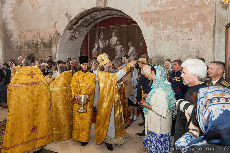 Архимандрит Алексий окропляет прихожан Храма Святилея Василия Великого святой водой