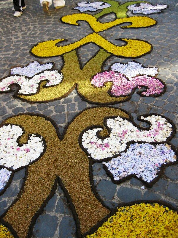 Дорожки из цветов зовут гулять по старому городу!