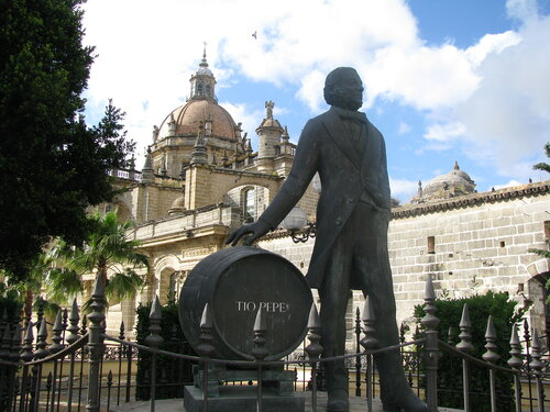 Памятнику основателю главной хересной марки Tio Pepe на фоне кафедрального собора в Хересе